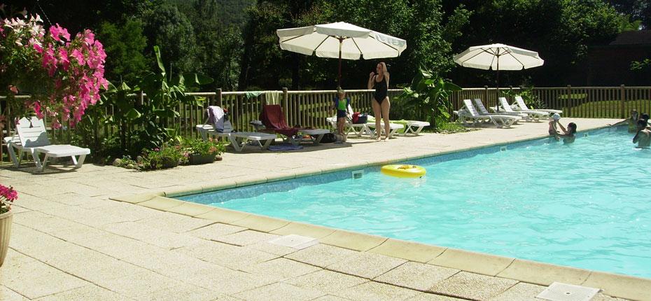 Baignez vous dans la piscine des Chalets Mirandol dans le Lot
